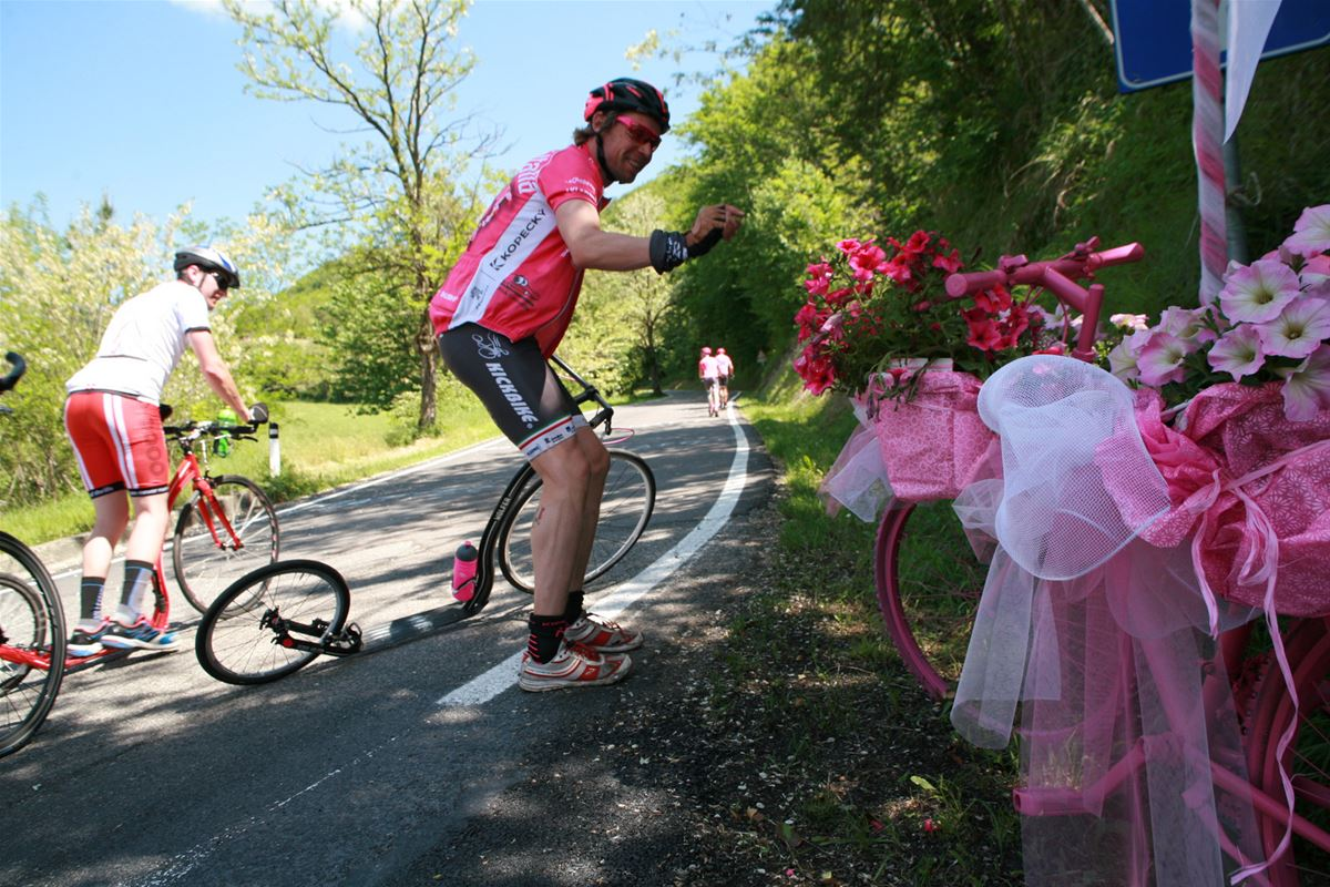 The Giro route is decorated with pink bikes, pink flowers, pink ribbons ... Do you know why?