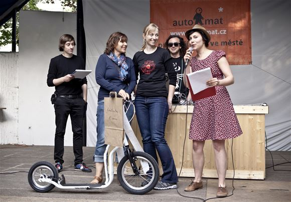 Vlasta Štochlová from Prague (the blonde in the middle) takes the scooter YEDOO New City for winning the category CREATIVITY. The results were announced in Prague summer club Tiskárna na Vzduchu on June, 9.