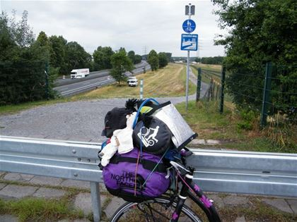 A cycling trail leading along a German highway. It looks beautiful, but how to get there?