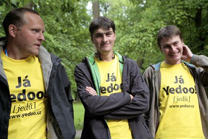 No one can overlook the yellow T-shirts of the Yedoo team.