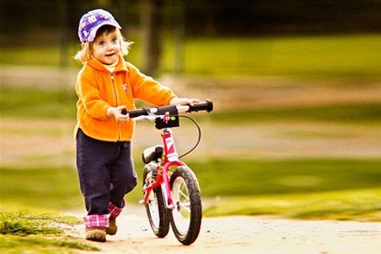 A running bike naturally teaches a child to gain balance, making it ideal preparation for riding a bike.